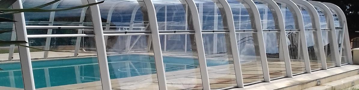 Abri haut blanc sécurisant une piscine Aquadiscount.