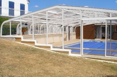 Nos abris de piscines sur-mesure pour répondre aux contraintes de votre terrain ou de votre piscine !